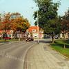 F1349e <br /> Een foto van het kruispunt Charbonlaan/Westerstraat. Deze huizen links zijn afgebroken om plaats te maken voor de Gildehof.