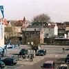 F3145<br /> Het Boschplein vóór de afbraak van de panden links en de aanleg van het Voorhavenkwartier. Foto: 2002