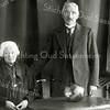 F2721<br /> Mevr. A. Franken-Dekker (1854-1951) en dhr. Engel Franken (geb. 1867) Zij nog met een kapje op het hoofd en hij met hoge boord, een zogenaamde 'vadermoordenaar'. Zij woonden op Burchtstraat 7.