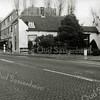 F0517b <br /> Het huis van de voormalige grossier in grutterswaren A.W. Tijssen. Het is een van de oudste huizen van Sassenheim, een langgerekt wit huis aan de Hoofdstraat, afgebroken in 1964. Nu (2016) zijn hier Apotheek Sassenheim en hengelsportzaak AHOY gevestigd.  Vóór de fam. Tijssen woonde hier deurwaarder Van Dorp. Het hoge dak dat er aan de rechterzijde bovenuit steekt, is van de St. Pancratiusschool. Foto: 1962.