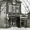 F1657 <br /> De damesmodezaak van P.C. Melman aan de Hoofdstraat. Ook de voormalige viswinkel van Nic. Roos staat er nog. Het pand werd in mei 1980 afgebroken. Foto: 1976.