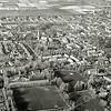 F1120 <br /> Een luchtfoto met het vroegere sportveldencomplex aan de Menneweg goed in beeld. Het voormalige verzorgingshuis De Schutse staat nog op de hoek Menneweg/Parklaan. Op die plaats werd in 1988 het appartementencomplex Parkhove gebouwd. Foto: begin jaren '80.