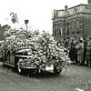 F1386c <br /> Bloemencorso 25 april 1953. De locatie is Sassenheim-noord, bij de Molenstraat. Luxe auto, eerste prijs.