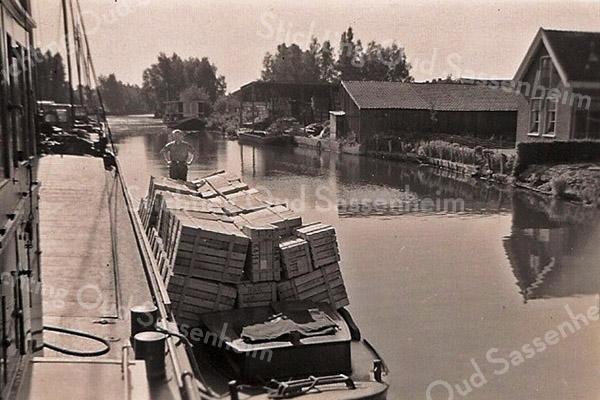 F3086<br /> De foto van de Oosthaven is eind jaren '50 vanaf de Parklaan genomen. Links de schuit van Molenaar.