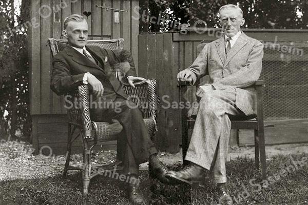 F3129<br /> Gerrit de Bruijn en zijn vader, waarschijn in de tuin van de fam. Bakker aan de Hoofdstraat.
