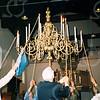 F4192a <br /> Het ophijsen van de derde kroonluchter in de Ned. Herv. kerk of Dorpskerk. Rechts staat dhr. Vliem.<br /> Foto: 2002