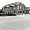 F1356a <br /> Hoofdstraat 30. De bollenschuur en het woonhuis van de fa. Zandbergen-Ter Wegen, gebouwd in 1885. Rechts is de schuur te zien van de fa. Van Egmond (Hoofdstraat 26). Op de plaats van de schuur en het woonhuis zijn de huizen op Hoofdstraat 28 t/m 32 gebouwd. Hoofdstraat 28: G. Meijer; Hoofdstraat 30: H.P.J. Pappot en Hoofdstraat 32.