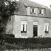 F1643 <br /> De voormalige boerderij van W.E. Ciggaar aan de Wasbeekerlaan 26. Later is het huis wit geschilderd en wordt bewoond door de fam. J.Th. Postma. Foto: 2001.