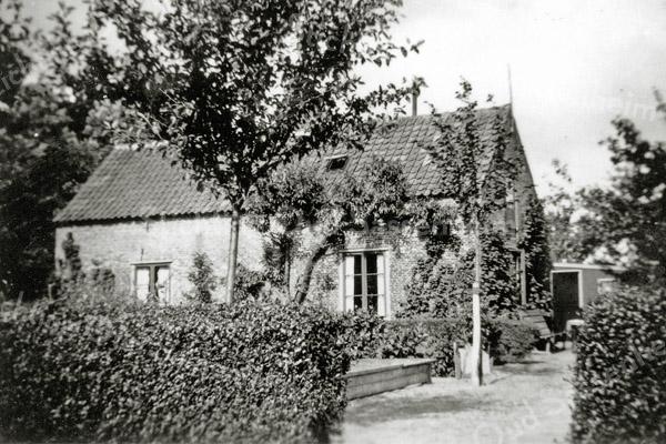 F0224 <br /> Het huis van Klaas van der Veer in het bos Ter Leede. Klaas teelde er samen met zijn zoons Willem en Arie wat bollen. Het huis is in 1965 afgebroken. Het bos Ter Leede werd in de volksmond 'de Plaats' genoemd, naar de buitenplaats Ter Leede. Het pad rechts liep door tot de 3e Poellaan. Foto: vóór 1960.