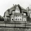 F2743<br /> Dit pand staat aan de  Hoofdstraat nr. 338, op de hoek van de Ter Leedelaan. Het heeft een fraai rieten dak. Het huis is o.a. bewoond geweest door de fam. C. Westerbeek. Architecten: Ponsen en Lohmann. Foto: vóór 1929.