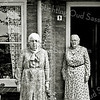 F2760<br /> De dames Tina en Sien Wilbrink voor hun huis aan de Concordiastraat. Links C.M. Wilbrink, de schooljuffrouw, en rechts haar zuster. Foto: 1983.