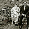 F3014<br /> Abraham van der Kwaak en zijn vrouw Elizabeth van der Kwaak-Bette. De foto is genomen achter de kassen aan de Rusthofflaan 20-22. Daar hadden ze een plantenkwekerij en een planten- en bloemenwinkel..