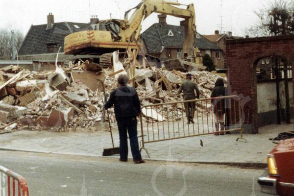 F4560<br /> De afbraak van het pand van Lascaris in 1980. Voorheen woonde dr. Hueber in dit pand en ook de winkel van Melman was hier tijdelijk gevesigd. Foto: 1980.