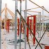 F4332<br /> De opbouw van het casco van het clubhuis van v.v. Teylingen op het sportterrein  'De Roode Molen'. Foto: 1994-1995