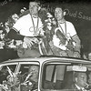 F2820<br /> De inhuldiging van Bart Zoet (samen met ploegmaat Gerben Karstens) bij zijn ouderlijk huis aan de Rusthofflaan. Achter het stuur met sigaar ploegleider Kees Pellenaars. Foto: 1964.
