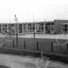F1843 <br /> De chr. kleuterschool De Zonnebloem. Deze stond ongeveer op de plaats waar nu het nieuwe gemeentehuis staat, tegenover basisschool De Overplaast. De kleuterschool is gebouwd in 1958/59 en gesloopt in 1991.