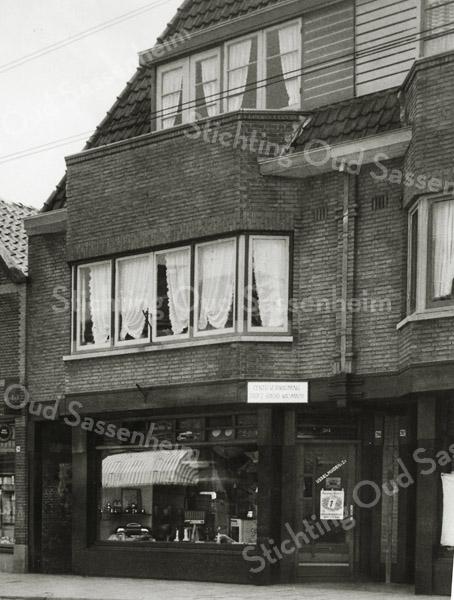 F3415<br /> De winkel van IJsselmuiden (Hoofdstraat 202-204), handel in luxe-, huishoudelijke en diverse elektrische artikelen. IJsselmuiden & Zonen N.V. was tevens een erkend gas-, water- en elektriciteitsinstallateur. Links de drogisterij van Van Beek, tevens huisschilder. In het pand van IJsselmuiden is nu Hans Textiel gevestigd