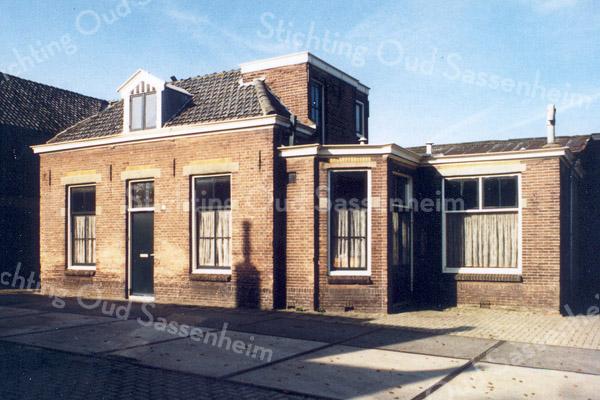 F0526 <br /> Het huis van de fam. G. Bakker (achter Hoofdstraat 137), één der firmanten van de Kistenfabriek M. Bakker en Zonen. De werkplaats (de vroegere gereformeerde kerk) staat er nog, maar het huis is gesloopt en is nu tuin geworden. Foto: ca. 1996.