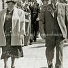 F2249<br /> Op de Hoofdstraat lopen Jan Oostenrijk en Maartje Hoff na de kerkdienst.