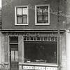 F0853 <br /> Collectie Oudshoorn 042: winkelpui Hoofdstraat 184 ( oude nummering) van H. van der Vliet 1906.<br /> Foto: vóór 1921.