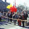 F2964<br /> De viering van de opening van de Parklaan 50 jaar geleden. In het midden staat loco-burgemeester Nia Wagemakers. De filmer uiterst rechts is John van Dijk. Het witte pand op de achtergrond is Sunbeam. Rechts daar van villa Beukenhof. Foto: 2002