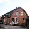 F0191 <br /> De boerderij van Piet Langeveld Jaczn. Het pand is vroeger bewoond geweest door de fam Chr.Homan sr. Hij was baasknecht bij B & K, maar had aan huis een kraam bollen voor zichzelf. Zijn zoon Jo had een paar koeien op stal staan. De boerderij had toen ook, behalve de stal, een opkamer. Een stalraam zit nog steeds in de westgevel. Vanaf de Hoofdstraat liep vroeger een pad van koolsintels met een rij populieren tussen het huis Zonnehof en het huis van C. v.d. Heiden, Hoofdstraat 180. Het werd in de volksmond het Homanslaantje genoemd. Nu ligt de boerderij ingeklemd tussen de Parklaan, de Narcissenlaan en de Floris Schoutenstraat. Vanaf de Parklaan is de boerderij toegankelijk. Foto: 1996.