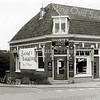 F2385<br /> Banketbakkerij Meijer op de hoek van de Zandslootkade en de Hoofdstraat, bij de Oude Post. Foto: 1959.