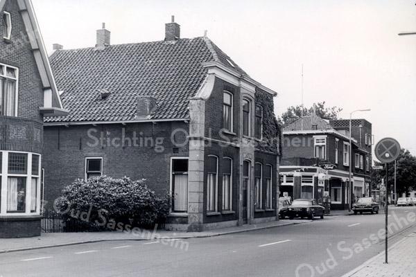 F3524<br /> Het huis van Blom aan de Hoofdstraat op de plek, waar nu (2012) de Digros staat. Rechts van het pand is een stukje van garage Nieuwenhove te zien.