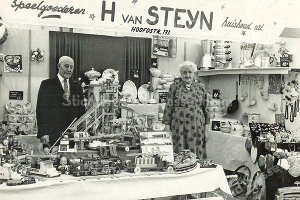 F2651<br /> De heer en mevrouw van Steyn, in hun winkel voor speelgoed en huishoudelijke artikelen.