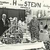 F2651<br /> De heer en mevrouw Van Steijn, die hun waren (huishoudelijke artikelen en speelgoed) hebben uitgestald tijdens een presentatie t.g.v. een tentoonstelling/show van de middenstandsvereniging SAMA in de jaren '50.