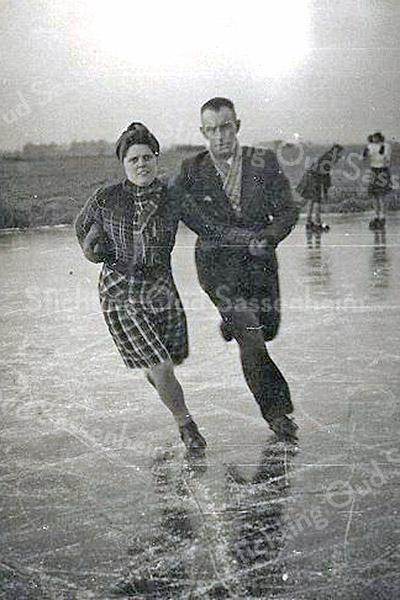 F3387<br /> Willem Zandbergen en Nel Zandbergen-Ramp op de schaats.