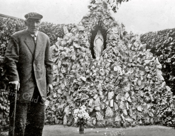 F3157<br /> Engel Franken bij de door hemzelf gemaakte<br /> grot in de tuin van het St. Annaklooster.