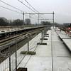 F2393<br /> De bouw van het NS-station Sassenheim nadert zijn voltooiing. Het station ligt aan de Wasbeeklaan op Warmonds grondgebied, maar is genoemd naar de dichtstbij zijnde bebouwde kom. Het station is officieel geopend op 9 december 2011. Foto: 2011.