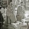 F3067<br /> Handoplegging en zegen tijdens het ziekentriduüm in Huize St. Bernardus met pater Eken.  Foto: 1949.