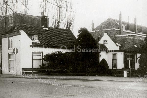 F1625 <br /> Het huis van de fam. A.W. Tijssen aan de Hoofdstraat. Tussen dit huis en het terrein van de St. Pancratiuskerk lag een fraaie tuin. Het pand is afgebroken in 1964. Op de achtergrond rechts de r.-k. jongensschool en links de Nutsspaarbank. Foto: tussen 1958 en 1964.