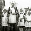 F1859 <br /> Bevrijdingsfeest bij de buurtvereniging DVV (Door Vrijheid Verenigd). Later, in 1952, werd DVV ook speeltuinvereniging. <br /> V.l.n.r.: Jannie Bij, Prijnie van Maanen, Jopie van Nieuwkoop en Ciel Noordermeer.
