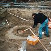 F0496b<br /> Archeologische opgravingen vóór de Ned.-herv. kerk of Dorpskerk. Het resultaat was nogal bescheiden. Er werden resten van een waterput gevonden, een geraamte, een scheidingsmuur en wat scherven. Foto: 1999.