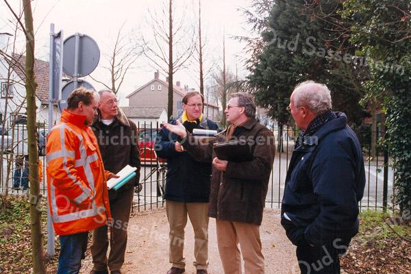 F2584<br /> Werkgroep van deskundigen i.v.m. de renovatie van park Rusthoff. V.l.n.r.: dhr. Schram, Willem van Dam, Frans Plevier, Joop Klunder, Leo de Winter en René van Elburg. Foto: 2004.