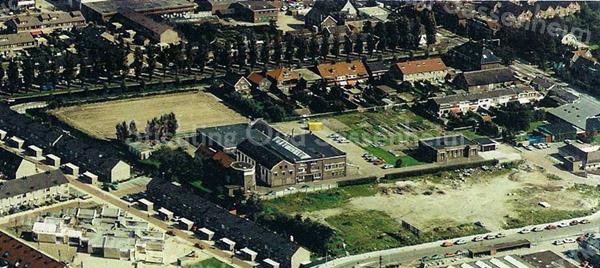 F3558<br /> Luchtfoto van de molen van Speelman te Sassenheim. De bomenrij (van links- naar rechtsboven) staat langs de Zandsloot.