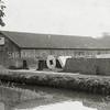 F0873 <br /> Collectie Oudshoorn 060: betonzaak Grashoek 1911. <br /> Bovenaan het bord staat 'Oosthaven'. Dat zal dan ook de naam van het water op de foto zijn.