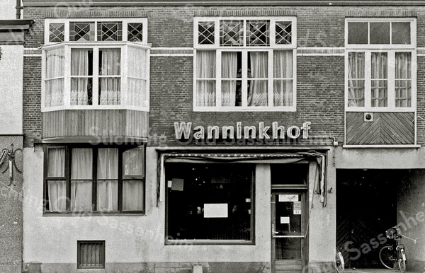 F1357 <br /> Hoofdstraat 250 is in januari 2003 afgebroken. Ook de nrs. 252 en 254 zijn gesloopt. Op nr. 250 woonde bakker Wanninkhof, daarvoor bakker Buijs en daarvoor bakker Van der Horst. Deze had zijn woonkamer naast de winkel. De kamer stak uit, net als de bovenetage: het was één geheel. Links is nog net zichtbaar slagerij Corn. van der Mey, daarna kwam slager Van der Berg in dit pand.  In het portiek rechts kwam in de jaren '50 de eerste automatiek van Sassenheim.