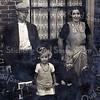 F3528<br /> Het echtpaar Marinus Moerkens en Elisabeth Hockx en hun twee oudste kinderen.