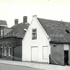 F3347<br /> Bep Duchâteau heeft  in 1961 het witte pand gekocht, dat is later gesloopt. Het pand van juwelier Wielinga staat nu op deze plaats.