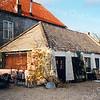 F0190 <br /> De asschuur aan de Vaartkade, gezien van de achterkant (gesloopt in 2002). In de jaren 1980-1990 was hier schoenmakerij Warmerdam gevestigd.