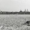 F3820<br /> Een serie foto's van de Ned. Heidemaatschappij en het betreft diepdelven en andere grondwerkzaamheden op het land tussen Twins Home en Beukenrode, dus aan de westzijde van de Hoofdstraat. <br /> Op sommige foto's staat een kleine witte bollenschuur, die waarschijnlijk van Van Egmond was.<br /> Op sommige foto's is de molenstomp, de watertoren, de r.-k. kerk St.Pancratius, Twins Home en de bollenschuur van Van der Voort te zien. Foto: 1950