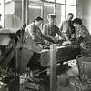F1175 <br /> Personeel van Gebr. Van Zonneveld & Philippo N.V. bezig met het tellen van bloembollen in manden. <br /> V.l.n.r.: dhr. Hofstra, mevr. Van Duin-Dannijs, mevr. N. Bader, Hendrikus Knetsch, mevr. G. Hoogervorst-Los, nb.