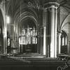 F3618<br /> Het interieur van de St. Pancratiuskerk. Er wordt duidelijk schoongemaakt in de kerk. De grote lampen heeft men laten zakken. Die dikke witte verticale lijn is óók van een lamp - die hebben ze kennelijk helemaal tot de grond laten zakken. De achterste witte verticale lijn - vlak langs het grote kruisbeeld - is van het zogenoemde godslampje. Dat brandde altijd (er zat een olielampje in).