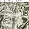 F3945<br /> Luchtfoto van het havengebied in het centrum van Sassenheim eind jaren vijftig van de vorige eeuw.<br /> Op de plaats van de bedrijfspanden bij (4) werd Havenzicht gebouwd (gebied omlijnd met de witte lijn). De Sassenheimersloot of -vaart (5) vormde vanuit het centrum de verbinding met de Kagerplassen. De sloot had een doodlopende zijtak (2) die richting Kerklaan liep achterlangs de bollenschuren bij (1), (3), (11), (12) en (13). Sassenheim was toen nog een echt bollendorp, er stonden veel bollenschuren in het centrum. Allemaal langs of in de buurt van de Sassenheimersloot (5) en de zijarm (2) daarvan. Op de foto zien we de bollenschuur van Jan Pereboom (1) aan de Kerklaan (de latere Kunstaardewerkfabriek Velsen); de bollenschuur van B.D. Kapteyn & Zn. (3) aan de Vaartkade; de bollenschuur van Leen Oudshoorn & Zn. (6) aan de Bijweglaan; de bollenschuur van C. van Velzen (7) aan de Kastanjelaan; de bollenschuur van G. Dannijs (8) aan de Molendwarsstraat; de bollenschuur van Ant. Van Duin (10) in de Molenstraat; de bollenschuur van Engel Kruijff (later Rooza & Wilbrink) (11) aan de Kerklaan; de bollenschuur van de Gebr. Aangeenbrug (later het bedrijf van P.A. Kuppel) (12) eveneens aan de Kerklaan; de bollenschuur van L. van der Voet (later D. Hoek) (13) aan de Bijweglaan en ten slotte de  bollenschuur van L. Kruijff & Co.(15) tegenover de Oosthaven (16). Op de locatie van het huizenblok bij (9) stond vroeger de bollenschuur van P.W. van Deursen.<br /> De Parklaan (14) vormt de grens tussen de Molenstraat en de Oosthaven; het havengedeelte aan de Molenstraat was in 1923 aangelegd en kreeg toen de naam Oosthaven. Later werd dit gedeelte aan de Molenstraat toegevoegd en bleef alleen het gedeelte van de haven ten oosten van de Parklaan Oosthaven heten. Het gedeelte van de Parklaan (14) op de foto was al eind jaren dertig in de uitbreidingsplannen voorzien en zou Beukenlaan-noord gaan heten, maar het werd na realisatie in 1952 Parklaan. Bij (17) is boerderij Ki