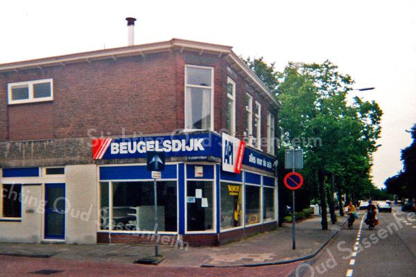 F0929 <br /> Automobielbedrijf Beugelsdijk op de hoek van de Hoofdstraat (nr. 158) en de Bijdorpstraat. Tijdens de opname van deze foto was de zaak al leeggehaald. Er volgde een verbouwing en later was hier in bouwservice De Koster. Nu in 2016 is hier reeds enige jaren tegelhandel TNL. Foto: 1999.