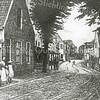 F0945 <br /> Een afbeelding van het centrum van de Hoofdstraat. Links een onbekend huis, waar later de winkel van Francken gebouwd zou worden. Daarachter zie we de serre van hotel-café-restaurant 't Bruine Paard. Rechts het huis van Vlasveld en het witte zusterhuis links in de verte. Ter hoogte van de Kerklaan was een dubbelspoor voor de stoomtram, zodat twee trams elkaar hier konden passeren. Zulke plekken met dubbelspoor kwamen op meer plaatsen in het dorp voor. Foto: 1890.